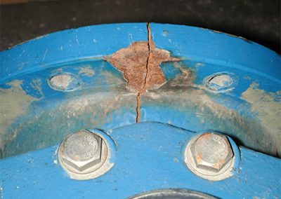 Crack by shock loading on a large water system fitting
